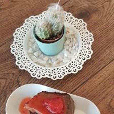 Tarta de chocolate con salsa de fresas.