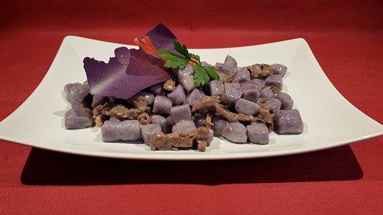 gnocchi di patata viola con straccetti di carne salà