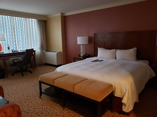 Baltimore Marriott Inner Harbor at Camden Yards: Room 772 - King Corner Room