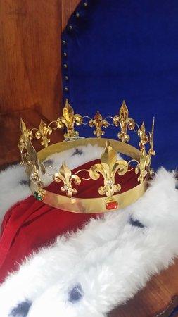 Nuestra corona y capa en el trono