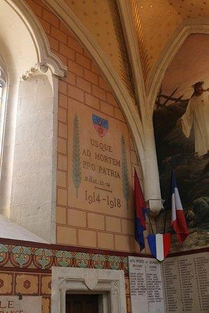 Collegiale Notre-Dame de Dole: J'ai bien aimé la peinture au mur de la chapelle sur la guerre de 14-18 et 39-45. C'est la première fois que je vois des dessins muraux sur la guerre dans une église