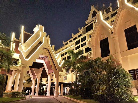 Rose Garden Hotel Yangon: Hotel bei Nacht
