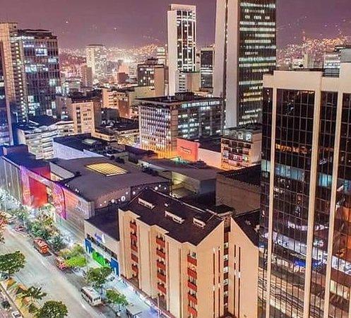 """CITY TOUR EN MEDELLÍN  Una vez nombrada como la ciudad más peligrosa del mundo, debido a la violencia de las drogas de Pablo Escobar. Hoy en día una de las ciudades más innovadoras. """"Ciudad de la eterna primavera"""", esta ciudad que disfruta de un clima agradable y templado durante todo el año. Aquí No solo te sentirás como en casa debido al clima: la gente de Medellín es amable, generosa y muy sociable, por lo que estamos seguros de que querrás volver o incluso quedarte. Debido a esto, la ciudad"""