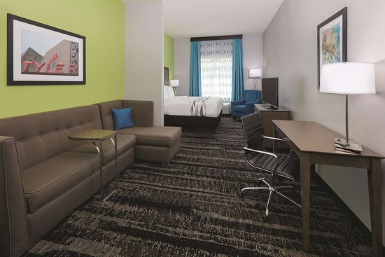 La Quinta Inn & Suites by Wyndham Tyler South: Guest room