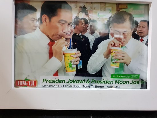 Picture of Presidents of two countries trying their Tea