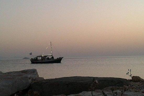 Aliki Sunset med tradisjonell båt starter fra Aliki i Paros