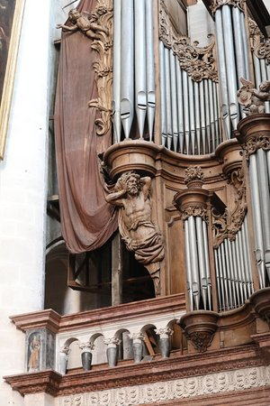 La tribune des orgues en marbres polychromes est de Denis Le Rupt (1562-1568)  - L'orgue est du facteur Charles-Joseph RIEPP, il possède plus de 4 000 tuyaux et date de 1754