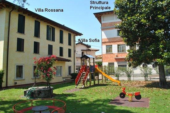 L'area ristoro adiacente alla piscina con servizio bar e ristorante. – Bild från Hotel Bel Sito, Peschiera del Garda - Tripadvisor