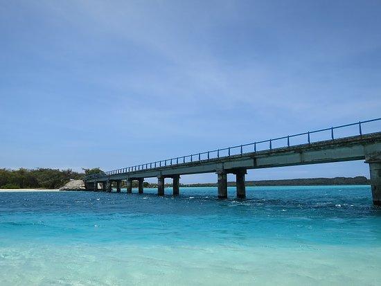 Ouvea, Nieuw Caledonië: ムリ橋の向こうにレギンの崖