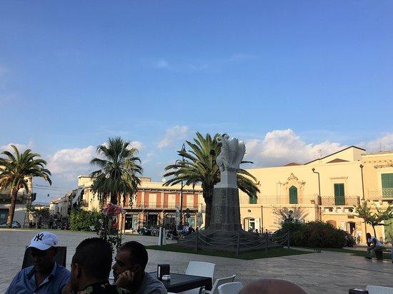 Palazzo Bruno di Belmonte: Kig fra paladset over pladsen