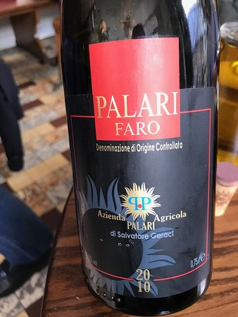 "Palari Faro 2010, cépages Nerello Mascalese et Nerello Cappuccio, Vin de Sicile à la puissance ""volcanique""."