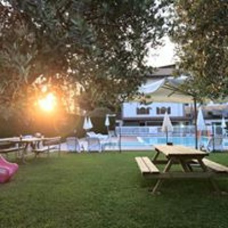 L'area ristoro adiacente alla piscina con servizio bar e ristorante.