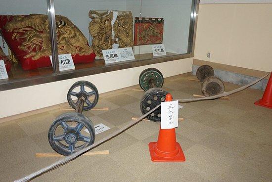 駅通り子供ちょうさや、かつて使われていた太鼓台の貴重な資料が間近に見られる。