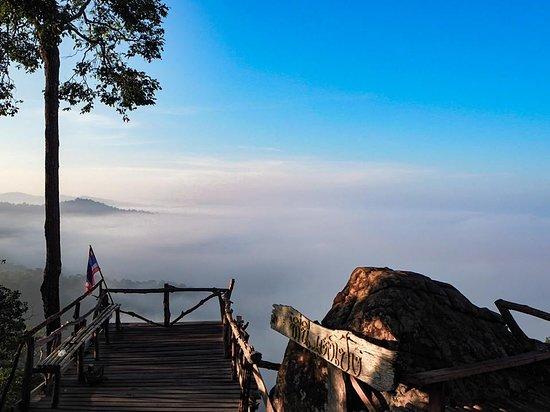 Провинция Лей, Таиланд: อีกหนึ่งที่เที่ยวน้องใหม่มาแรงที่เพิ่งจะเปิดให้เข้าชมได้ไม่นาน สำหรับภูเตาโปงจุดชมทะเลหมอกที่ยังคงความดิบของธรรมชาติที่ไร้การปรุงแต่งเอาไว้อย่างเต็มที่  ในช่วงหน้าฝนแบบนี้ทะเลหมอกยิ่งทวีคูณความสวยงามยิ่งขึ้นไปอีก ลองไปกางเต็นท์นอนที่นี่ดูสักคืนรับรองว่าตื่นมาที่นี่จะต้องเป็นอีกหนึ่งเช้าที่สวยงามอยู่ในความทรงจำของคุณแน่นอน