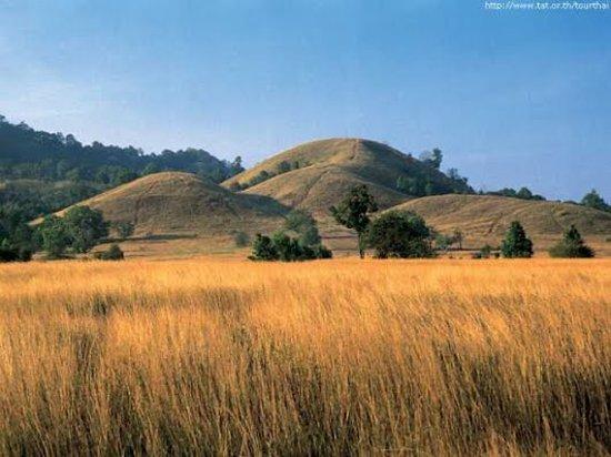 Ranong, Tajlandia: อีกหนึ่ง ที่เที่ยวหน้าฝน ของภาคใต้ ภูเขาหญ้าที่เที่ยวสุดฮิปของจังหวัดระนอง ใครมาระนองแล้วไม่ได้มาเที่ยวที่นี่ถือว่ามาไม่ถึงจริงๆ ความแปลกของภูมิประเทศที่หาชมที่อื่นไม่ได้อีกแล้วกับภูเขาหัวโลกที่มีหญ้าขึ้นปกคลุมทั้งลูก  ในช่วง Green Season แบบนี้ภูเขาหญ้าจะแปรเปลี่ยนเป็นสีเขียวธรรมชาติ ดูชุ่มชื่นสวยงามสุดๆ แต่งตัวเก๋ๆ แบบจัดเต็มแล้วไปโพสต์ท่าสวยๆ บนภูเขาหญ้ากันดีกว่าครับ