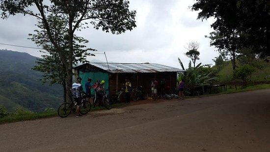 Punto de llegada en bicicleta, preparación para la caminata de 25min hasta Charco Cajones Jamundí. 64km de aventura y naturaleza.