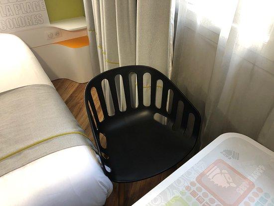 Ibis Styles Deauville Centre: Chambre.tres petite pas d espace si on retiré pas la chaise