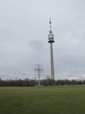 Donauturm: Papstkreuz und Turm.