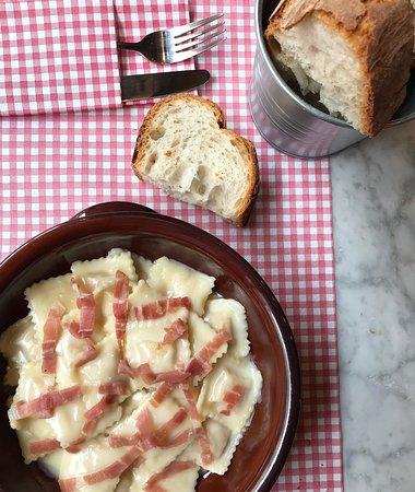 Ravioli crudo al profumo di tartufo con crema di parmigiano e prosciutto crudo