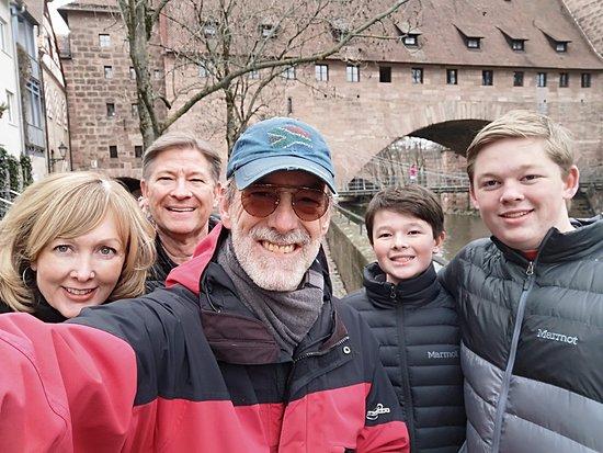Norimberg, Nemecko: #NurembergToursinEnglish with #HappyTourCustomers at the Kettensteg in Nuremberg