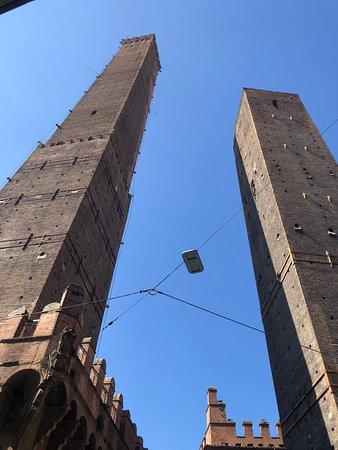 Bologna, una delle città italiane più belle.  Storica, o meglio medievale e rinascimentale come si può ben notare.  Le due torri, la piazza maggiore e la fontana del Nettuno attirano ogni anno numerosissimi turisti. Molto bella!
