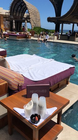 OMNIA Dayclub Los Cabos: Daybed over the pool.