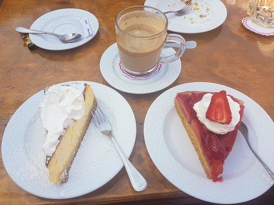 Das Deutsche Restaurant : Sehr leckerer selbstgemachter Erdbeer und Käsekuchen mit Sahne und dazu einen Cappuchino