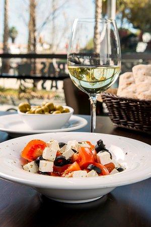 Internacional Bar Restaurante: Ensalada de tomate y queso fresco de Internacional Restaurante Bar