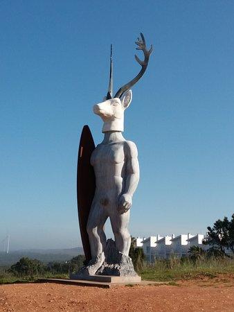 Estatua Homenagem aos surfistas e a Nossa Senhora da Nazare.