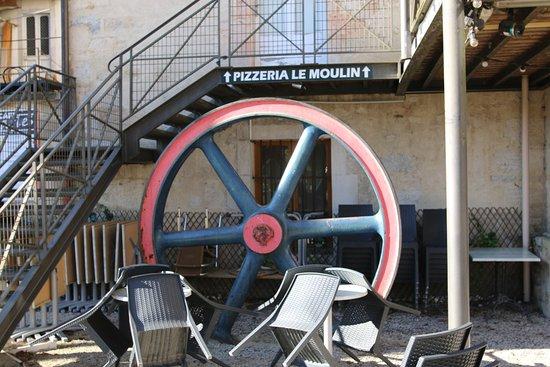 Le Moulin: C'est un restaurant grill pizzéria