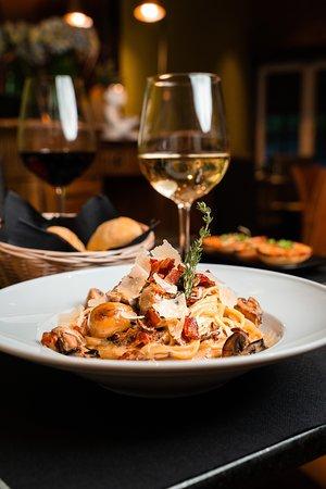 Pasta Adriano Salsa cremosa a base de hongos grillados, bacon, tomillo y vino blanco.