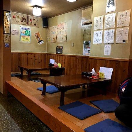 小上がりとテーブル席もあります。  営業は、21時までと、遅めまで開店。