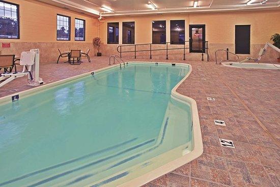 La Quinta Inn & Suites by Wyndham Summersville: Pool
