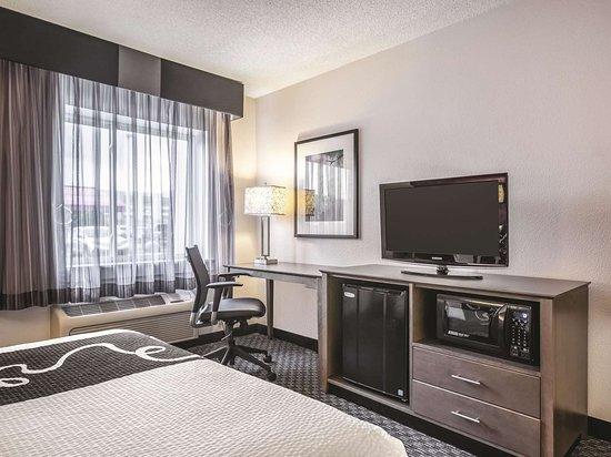 La Quinta Inn & Suites by Wyndham Hartford - Bradley Airport: Guest room