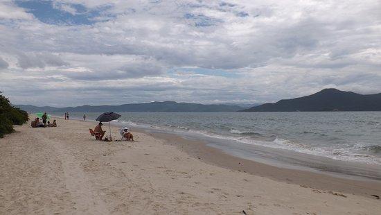 A praia praticamente não possui ondas, e é rasa por uma longa extensão.