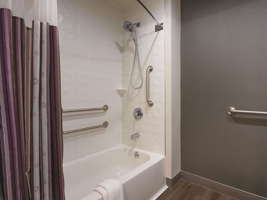 La Quinta Inn & Suites by Wyndham Hartford - Bradley Airport: Guest room