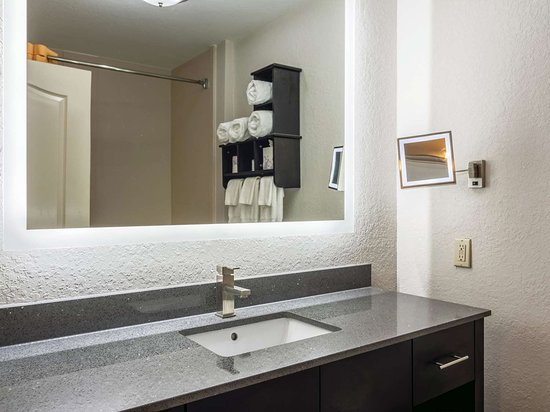 La Quinta Inn & Suites by Wyndham Prattville: Guest room