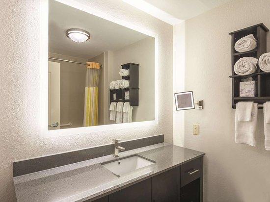 La Quinta Inn & Suites by Wyndham Prattville: Suite