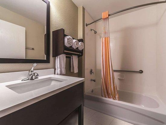 La Quinta Inn & Suites by Wyndham Collinsville - St. Louis: Guest room