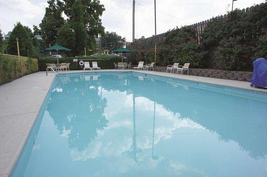 La Quinta Inn & Suites by Wyndham Nashville Airport: Pool