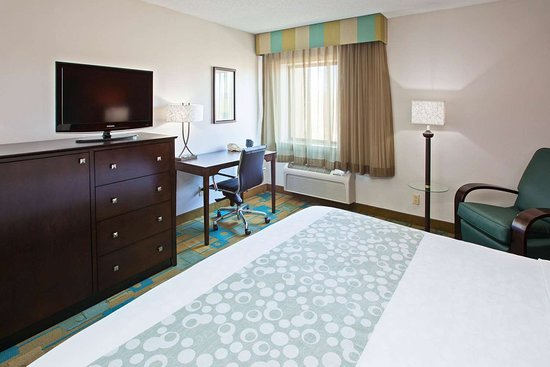 La Quinta Inn & Suites by Wyndham Nashville Airport: Guest room