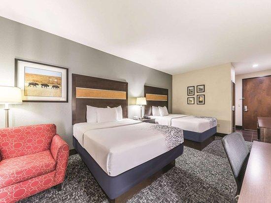 La Quinta Inn & Suites by Wyndham Tulsa - Catoosa: Guest room