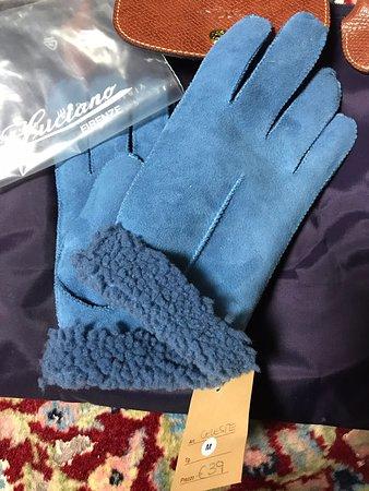 Florencia, Taliansko: AMOITALIAのホームページでこちらの手袋屋を知りました。フィレンツェには老舗手袋屋のMADOVA がありますが、こちらの店はぐっとお安いので買いやすいと思います。イタリアは革製品の品質が良いので、来るたびにいろんな老舗店で購入しています。