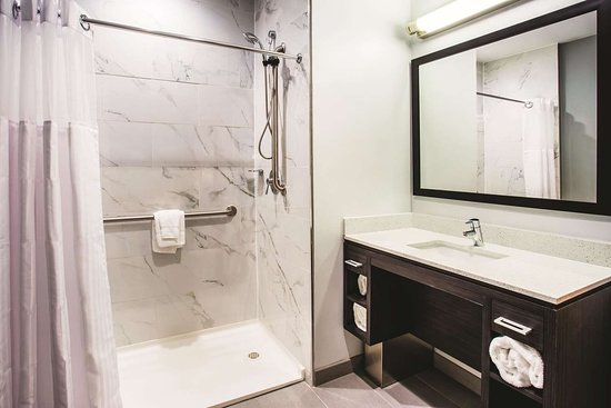 La Quinta Inn & Suites by Wyndham Baltimore Downtown: Guest room