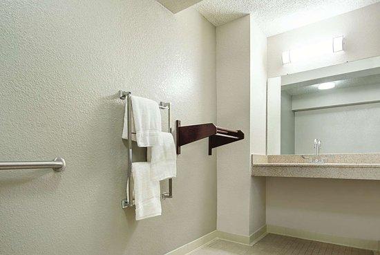 La Quinta Inn by Wyndham West Palm Beach - Florida Turnpike: Guest room