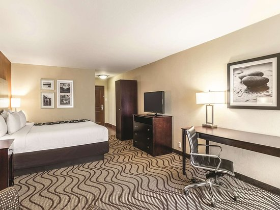 La Quinta Inn & Suites by Wyndham Knoxville Papermill: Guest room
