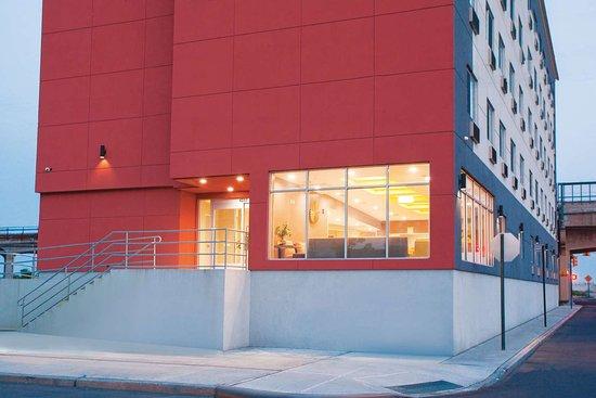 La Quinta Inn & Suites by Wyndham Far Rockaway -Beach Hotel: Exterior