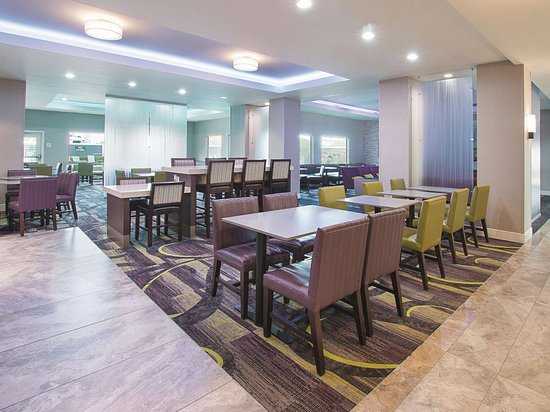 La Quinta Inn & Suites by Wyndham Arlington North 6 Flags Dr: Property amenity