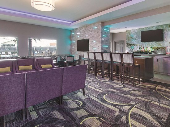 La Quinta Inn & Suites by Wyndham Arlington North 6 Flags Dr: BarLounge