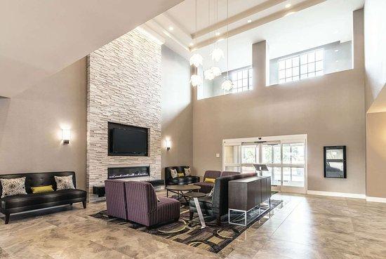 La Quinta Inn & Suites by Wyndham Arlington North 6 Flags Dr: Lobby